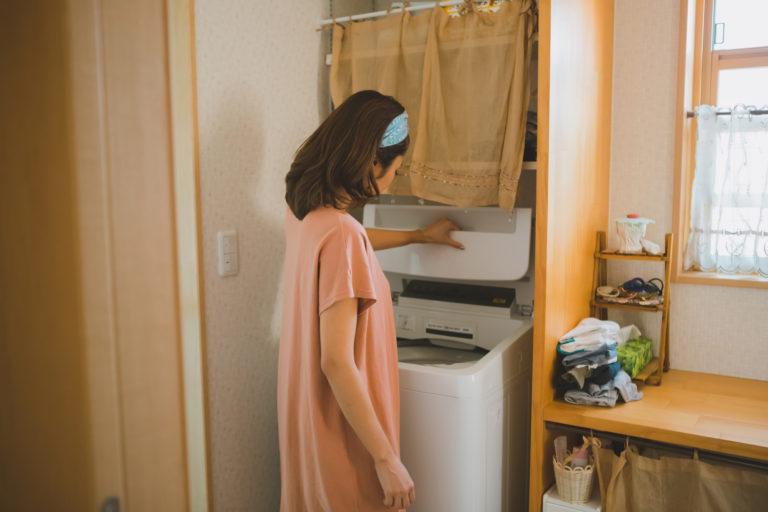洗濯機を使用してラグを洗おうとする女性
